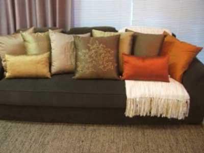 sala de estar com almofadas